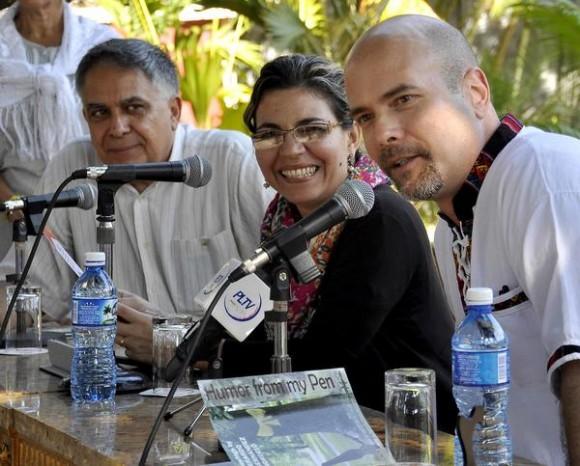 """Gerardo Hernández Nordelo (D), uno de Los Cinco Héroes cubanos, durante la presentación de su libro en inglés """"El humor desde mi pluma"""", a su lado Kenia Serrano (C), presidenta del Instituto Cubano de Amistad con los Pueblos (ICAP) y Manuel López, coordinador del Comité Nacional ucraniano por la Libertad de los Cinco, en el ICAP, La Habana Cuba, el 2 de febrero de 2015l. AIN FOTO/Tony HERNÁNDEZ MENA/ANPP/"""