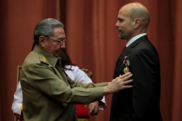El Presidente Cubano impone el Título de Héroe de la República de Cuba y la Orden Playa Girón a Gerardo Hernández. Foto: Ladyrene Pérez/ Cubadebate.