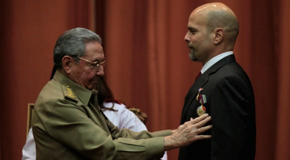 El Presidente Cubano impone el Título de Héroe de la República de Cuba y la Orden Playa Girón a Gerardo Hernández. Foto: Ladyrene Pérez/ Cubadebate
