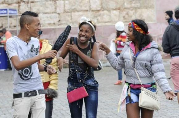 Jóvenes disfrutando su visita a la Fortaleza San Carlos de La Cabaña, sede principal de la XXIV Feria Internacional del Libro, durante la llegada de un frente frio a La Habana, Cuba, el 18 de febrero de 2015.  AIN FOTO/Roberto  MOREJÓN RODRÍGUEZ