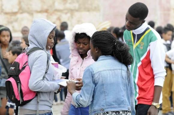 Estudiantes extranjeros observando libros adquiridos en la Fortaleza San Carlos de La Cabaña, sede principal de la XXIV Feria Internacional del Libro, durante la llegada de un frente frio a La Habana, Cuba, el 18 de febrero de 2015.  AIN FOTO/Roberto  MOREJÓN RODRÍGUEZ
