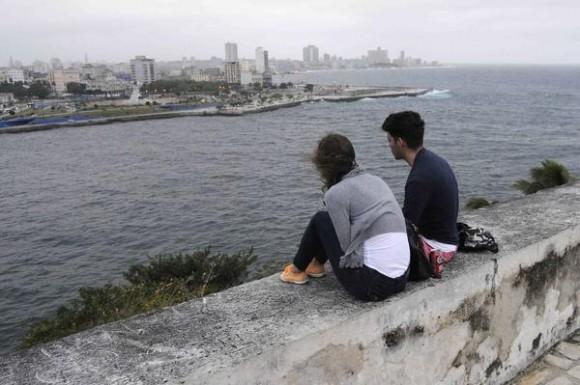 Una pareja disfruta la vista de la ciudad en la Fortaleza San Carlos de La Cabaña, sede principal de la XXIV Feria Internacional del Libro, durante la llegada de un frente frio a La Habana, Cuba, el 18 de febrero de 2015. AIN FOTO/Roberto  MOREJÓN RODRÍGUEZ