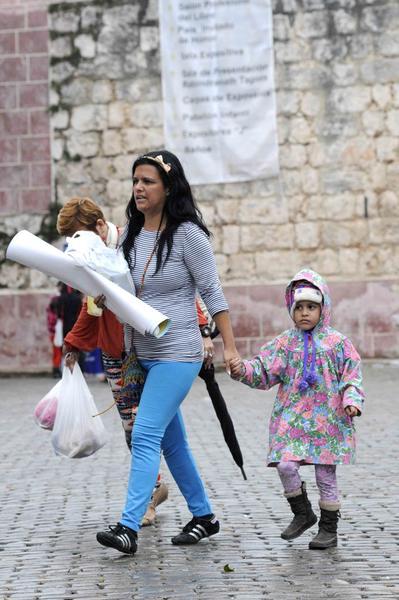 Niña usando abrigo en la Fortaleza San Carlos de La Cabaña, sede principal de la XXIV Feria Internacional del Libro, durante la llegada de un frente frio a La Habana, Cuba, el 18 de febrero de 2015.  AIN FOTO/Roberto  MOREJÓN RODRÍGUEZ