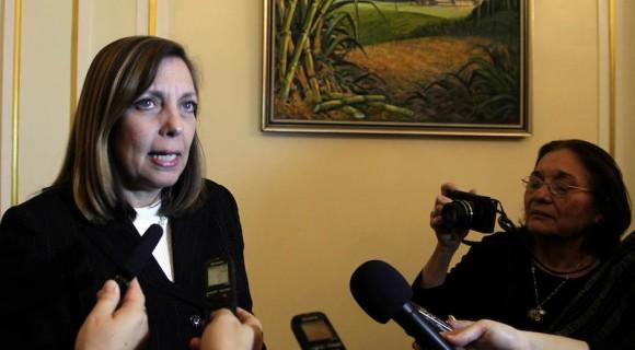 Josefina Vidal conversa con la prensa que asistió a las conversaciones en Washington. Foto: Ismael Francisco/ Cubadebate