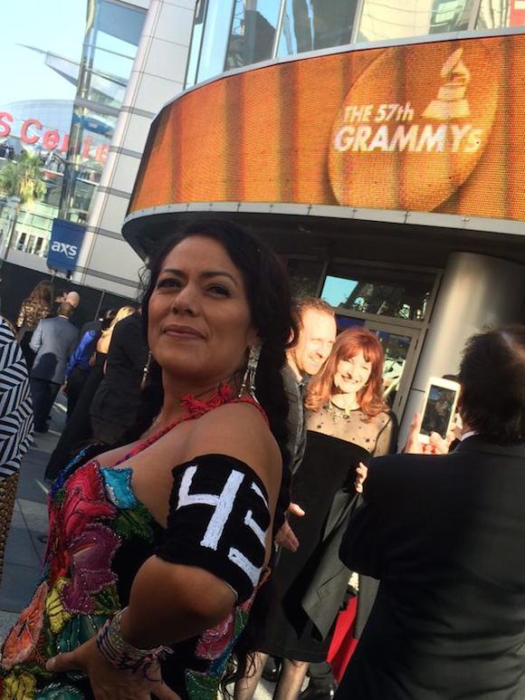 La intérprete mexicana Lila Downs llegó portando un brazalete que recuerda a los 45 estudiantes desaparecidos en Ayotzinapa. Foto: Grammys
