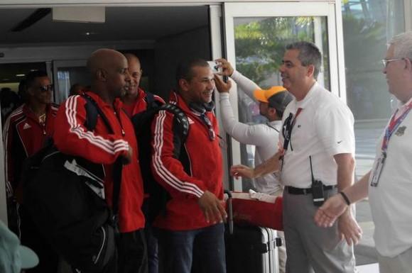 ugadores del equipo Cuba de béisbol, son saludados durante su llegada al aeropuerto Internacional Luis Muñoz Marín, en San Juan, Puerto Rico, el 31 de enero de 2015 .AIN FOTO/Roberto MOREJON RODRIGUEZ