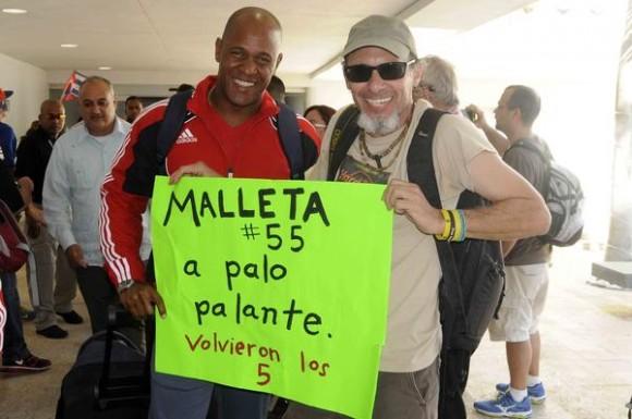 Alexander Malleta, jugador del equipo Cuba de béisbol, es recibido un miembro del comité de solidaridad con la mayor de las Antillas durante su llegada al aeropuerto Internacional Luis Muñoz Marín, en San Juan, Puerto Rico, el 31 de enero de 2015 .AIN FOTO/Roberto MOREJON RODRIGUEZ