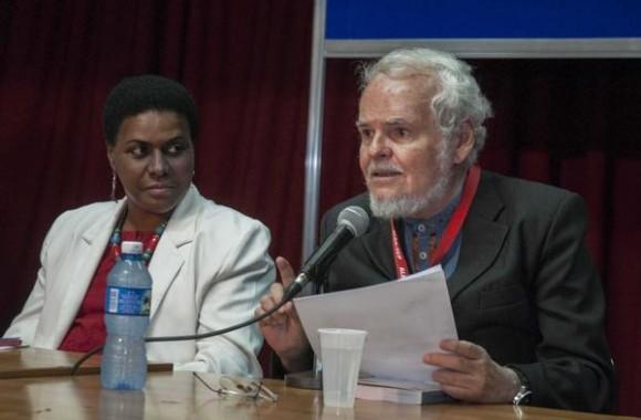 El intelectual venezolano Luis Britto (D), Presidente del jurado del Premio Pensar a Contracorriente,  junto a Zuleica Romay (I), Presidenta del Instituto Cubano del Libro (ICL),  durante la ceremonia de entrega del premio, como parte de las actividades de la XXIV Feria Internacional del Libro, con sede en la Fortaleza San Carlos de la Cabaña, en La Habana, Cuba, el 16 de febrero de 2015.  AIN  FOTO/ Abel ERNESTO/