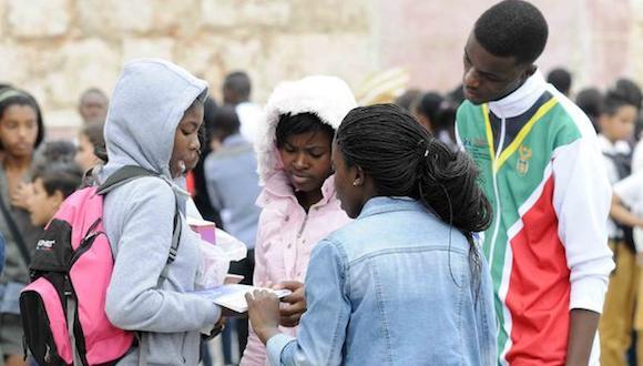 Estudiantes en la Fortaleza San Carlos de La Cabaña, sede principal de la XXIV Feria Internacional del Libro, durante la llegada de un frente frío a La Habana, Cuba, el 18 de febrero de 2015. Foto: Roberto Morejón/ AIN