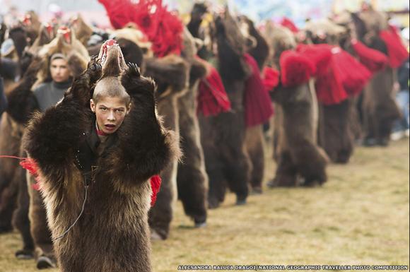 """La foto de Alecsandra Raluca Dragoi de un niño con una piel de oso, tomada durante una celebración tradicional de Año Nuevo en Rumania, ganó en la categoría """"Gente"""". Foto: BBC Mundo."""