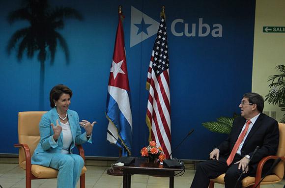 Canciller cubano recibe a congresista estadounidense Nancy Pelosi, líder demócrata en la Cámara de Representantes.