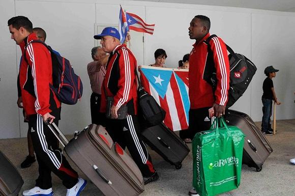 Jugadores del equipo Cuba de béisbol, son saludados por miembros del Comité de Solidaridad con la mayor de las Antillas, a su llegada al aeropuerto Internacional Luis Muñoz Marín, en San Juan, Puerto Rico, el 31 de enero de 2015 .AIN FOTO/Roberto MOREJON RODRIGUEZ.