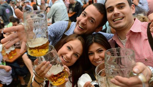 """Para los adultos de mediana edad evitar más de dos bebidas alcohólicas al día podría ser una manera de prevenir el accidente cerebrovascular posteriormente al rozar los 60 años"""", aclara una coautora del estudio"""