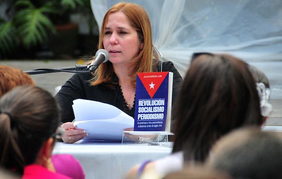Rosa Miriam Elizalde presentó el libro en la Feria Internacional del Libro de La Habana. Foto: Ladyrene Pérez/ Cubadebate