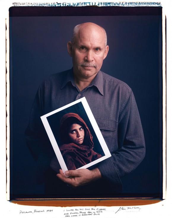 """Steve McCurry: Peshawar, Pakistán, 1984. """"Estuve 17 años buscando a esta chica y finalmente la encontré en 2002. Se llama Sharbat Gula."""""""