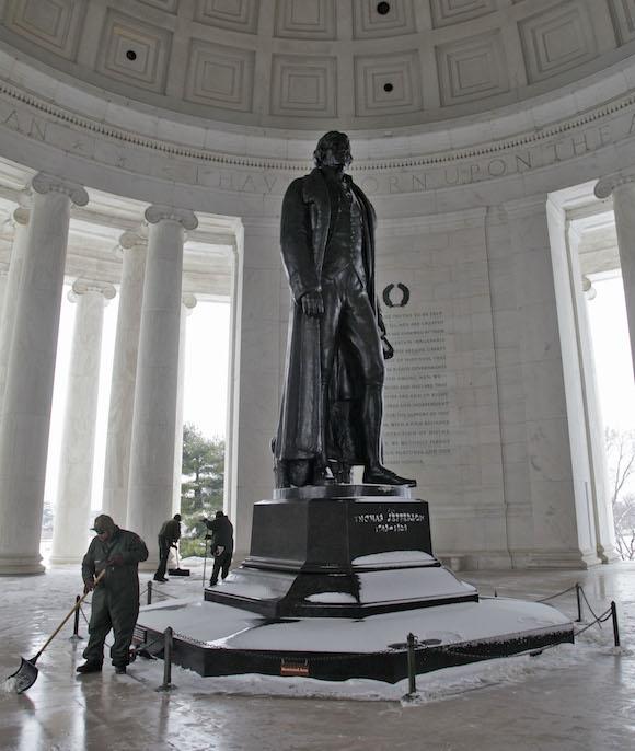 Trabajadores limpian la nieve del Monumento a Thomas Jefferson. Foto: Ismael Francisco/ Cubadebate