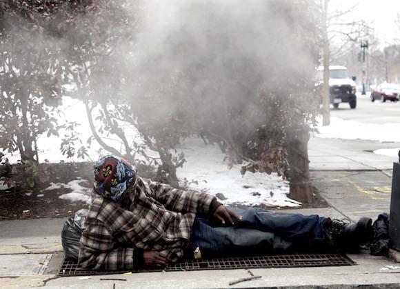 """""""Mientras, hay pobres que a esa misma hora se acuestan en plena calle sobre los registros del metro para aliviar el crudo invierno"""". Foto: Ismael Francisco/ Cubadebate"""