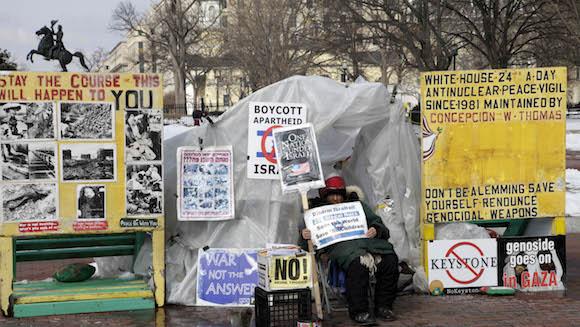 Una mujer acampa frente a la Casa Blanca en vigilia de protesta por las acciones de Israel contra los palestinos. Foto: Ismael Francisco/ Cubadebate