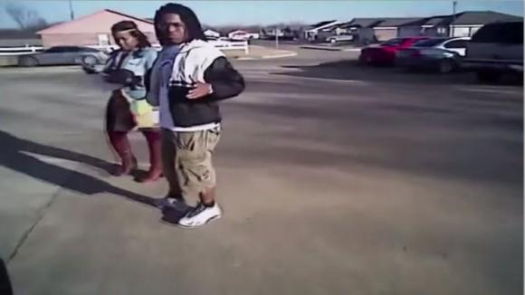 """En la grabación, un efectivo mata a tiros a un ciudadano afroamericano que intenta huir tras ser cacheado. Según la Policía, la polémica grabación ha sido publicada """"para educar"""" a la gente."""