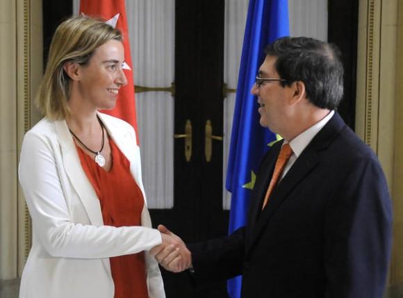 Bruno Rodríguez Parrilla (D), Ministro de Relaciones Exteriores (MINREX) , recibe a Federica Mogherini (I), Alta Representante de la Unión Europea para Asuntos Exteriores y Política de Seguridad, y Vicepresidenta de la Comisión Europea, en la sede del MINREX, en La Habana, Cuba, el 24 de marzo de 2015.   AIN FOTO/ Abel PADRÓN PADILLA