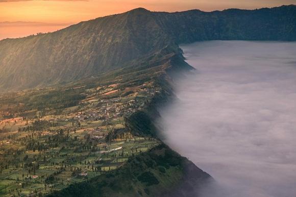Es una pequeña aldea al norte-este de Monte Bromo en Indonesia