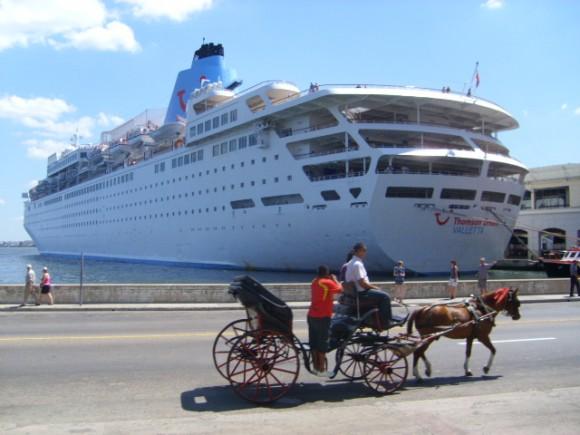 Crucero en la bahía de La Habana. Foto: Gabriela Alonso Bermúdez / Cubadebate