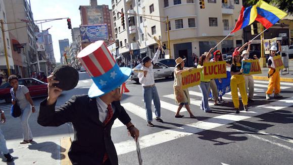 El colectivo artístico Comunicalle tomó tres esquinas de Caracas para expresar con arte el rechazo a la injerencia de Estados Unidos en Venezuela. Foto: Ciudad CCS