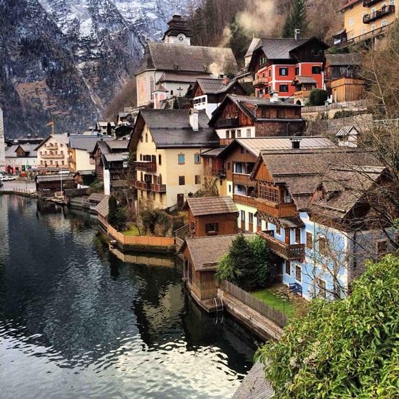 Halstatt es un pueblo en el Salzkammergut , una región en Austria . Se encuentra cerca del lago Hallstätter See