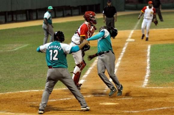 Los pineros Michel Enriquez (I) y Luis Felipe Rivera, anotan las carreras de la ventaja, durante una jugada en segunda base, en el segundo juego de la semifinal entre los Piratas de la Isla de la Juventud y los Cocodrilos de Matanzas, en la 54 Serie Nacional de Béisbol, en el estadio Victoria de Girón, en Matanzas, el 25 de marzo de 2015. AIN FOTO/Marcelino VAZQUEZ HERNANDEZ