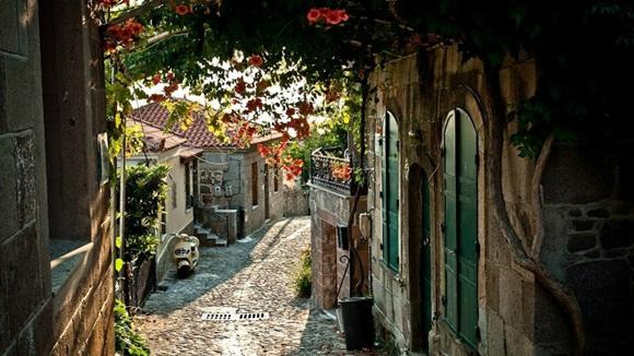 Molyvos es un antiguo municipio en la isla de Lesbos , Egeo septentrional , Grecia