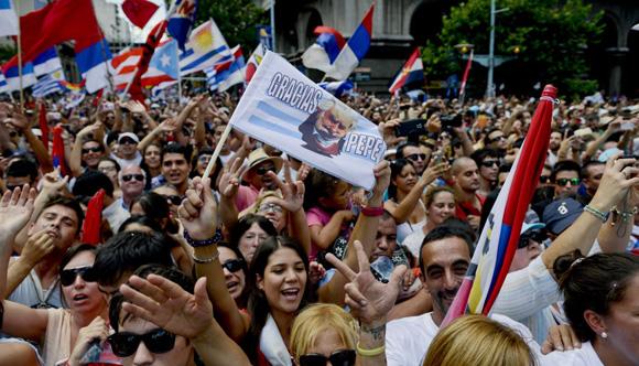 Miles de uruguayos se hicieron presentes en la Plaza de la Independencia para despedir al Pepe. Foto: AP