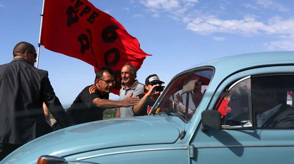 La prensa y seguidores de Mujica saludaron al ya ex mandatario durante todo el camino hacia el acto oficial. Foto: AFP