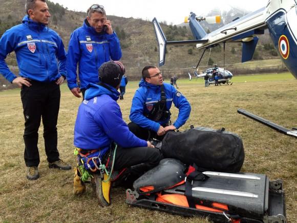 Personal de rescate de montaña se preparan para acceder a la zona del accidente en Seyne. Foto: Patrick Aventurier