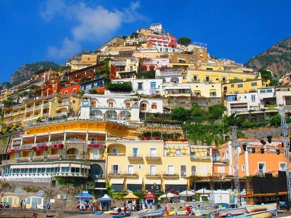 Positano era un puerto de la República de Amalfi en la época medieval, y prosperó durante los siglos XVI y XVII.