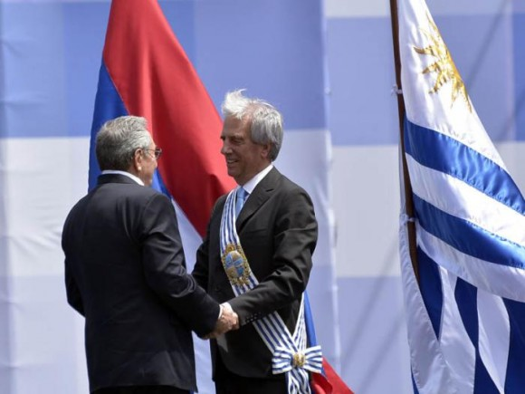 Raúl fue ovacionado al subir a saludar al nuevo presidente uruguayo Tabaré Vázquez. Foto: Estudio Revolución
