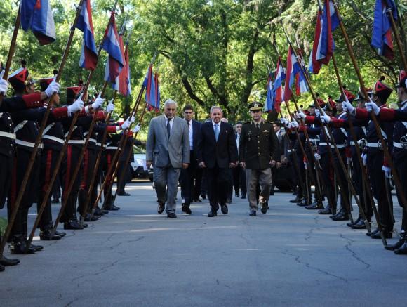 Raúl recibe bienvenida de Guardia de Honor. Foto: Sitio Oficial de la Presidencia de la República Oriental del Uruguay.