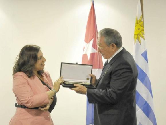 Raúl recibe las llaves de Montevideo de manos de la Intendente Ana María Olivera Foto: Estudio Revolución