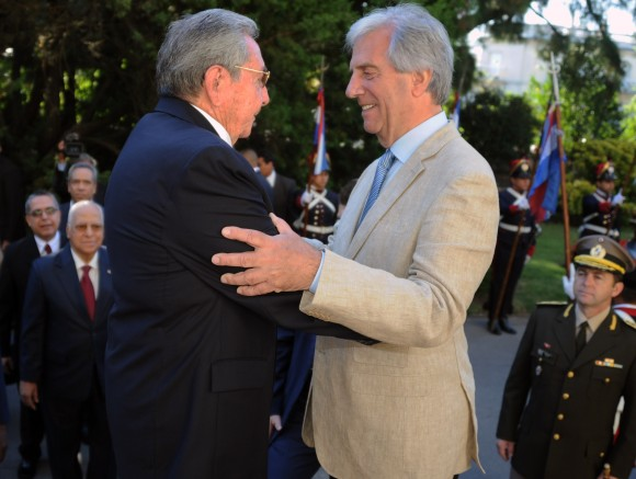 Raúl es recibido por Tabaré en la entrada de la Residencia de Suárez.. Foto: Sitio Oficial de la Presidencia de la República Oriental del Uruguay.