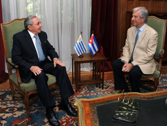 Raúl y Tabaré. Foto: Sitio Oficial de la Presidencia de la República Oriental del Uruguay.