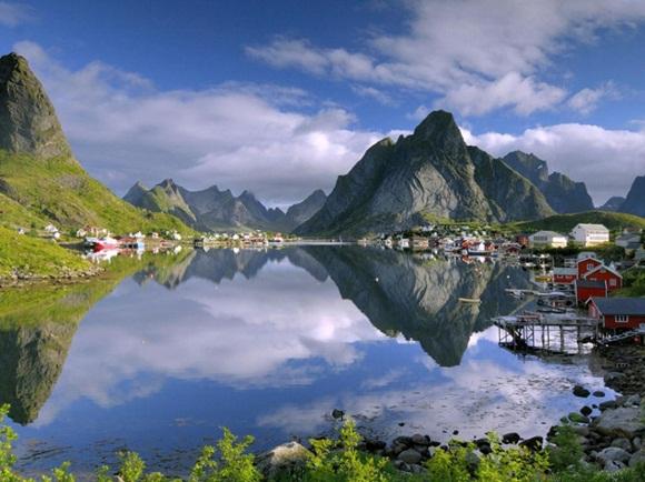Reine es un pueblo de pescadores y es el centro administrativo del municipio de Moskenes en Noruega. Esta localizado en la isla de Moskenesøya en el archipiélago de Lofoten