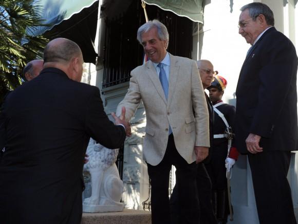 El Presidente Tabará Vázquez saluda al Ministro de Salud Pública de Cuba.Foto: Sitio Oficial de la Presidencia de la República Oriental del Uruguay.