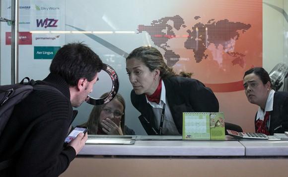 Tres trabajadores de la compañía aérea de Germanwings dan información en el aeropuerto de Barcelona. Foto: Albert García