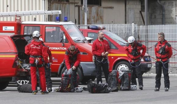Un equipo de bomberos franceses se preparan para partir desde la localidad francesa de Digne-les Bains al lugar donde se ha estrellado el avión. Foto: Jean-Paul Pelissier