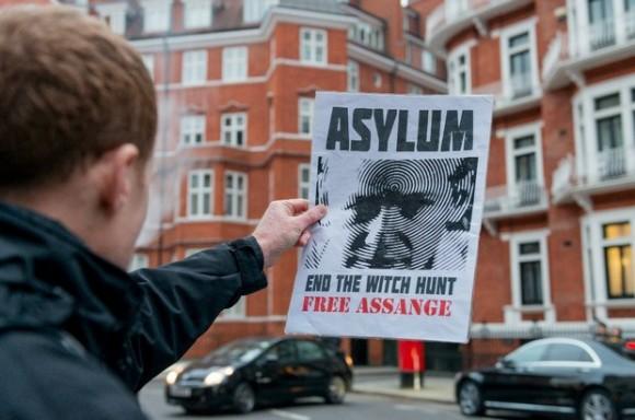 Un simpatizante de Julian Assange, sostiene un cartel frente a la embajada de Ecuador en Reino Unido, en el marco del cumplimiento de los mil días al interior de la embajada, en el centro de Londres. Foto:  Xinhua