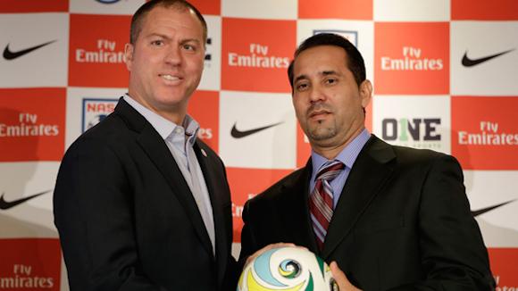 Walter Benítez (der.), técnico de la selección de fútbol de Cuba, y Giovanni Savarese, entrenador del Cosmos de Nueva York posan durante una rueda de prensa en NY. Foto: AP