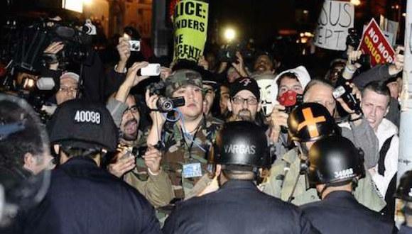 La policía de Los Angeles intenta contener una manifestación en 2011. Foto: Archivo.