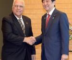 El Vicepresidente del Gobierno cubano Ricardo Cabrisas y el Primer Ministro de Japón Shinzo Abe. foto: Embacuba Japón / Cubadebate