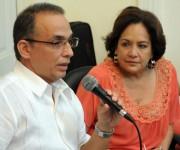 El Héroe de la República de Cuba Antonio Guerrero (I) y la periodista Arleen Rodríguez, durante los debates en el espacio Catalejo, organizado por la Delegación Ramal de la Prensa Escrita, en la sede de la Unión de Periodistas de Cuba (UPEC), en La Habana, el 14 de marzo de 2015, en ocasión del Día de la Prensa Cubana.  AIN FOTO/Abel PADRÓN PADILLA/