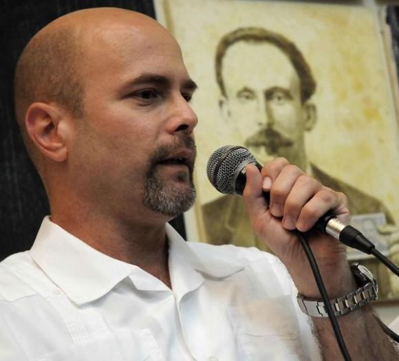 El Héroe de la República de Cuba Gerardo Hernández,  durante los debates en el espacio Catalejo, organizado por la Delegación Ramal de la Prensa Escrita, en la sede de la Unión de Periodistas de Cuba (UPEC), en La Habana, el 14 de marzo de 2015, Día de la Prensa Cubana.  AIN FOTO/Abel PADRÓN PADILLA/