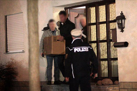 La policía alemana abandona la vivienda del copiloto de Germanwings, Andreas Lubitz en Düsseldorf, tras varias horas de registro. Foto: EFE